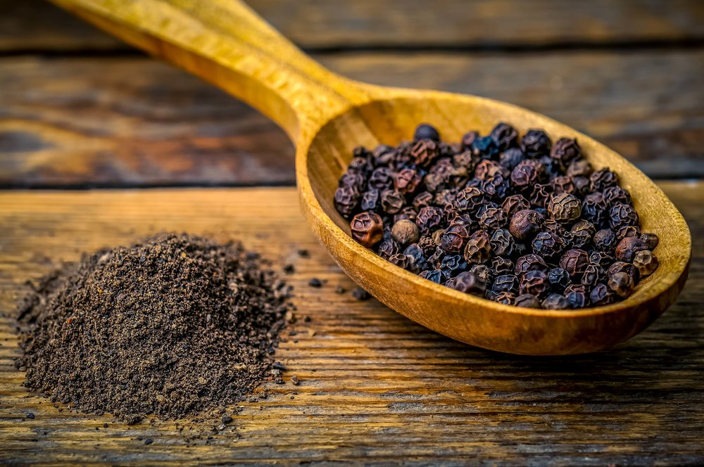 black peppercorns seeds and powder